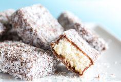 Prajitura Lamington, sau prajitura tavalita, cum a fost preluata de catre romani, este poate cel mai simplu desert australian. Combinatia de blat imbracat in ciocolata delicioasa si tavalit prin fulgi de cocos este una usor si rapid de pregatit.
