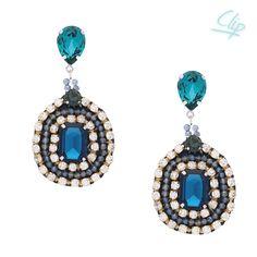 Die glamourösen Ohrringe Paolina mit Clip in Blau- und Türkistönen mit weißen Swarovski-Kristallen sind einfach schön. Farblich sind sie Ton-in-Ton, doch durch die unterschiedlichen Formen der Steine und Fassungen sind sie ein Hingucker: Ein It-Piece für viele Anlässe.