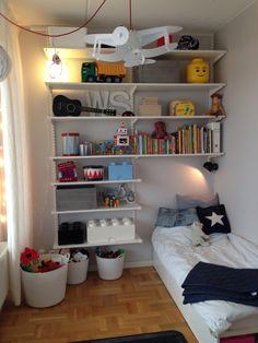 Nytt hyllsystem för mer leksaksförvaring i litet barnrum Kidsroom, Bookcase, Shelves, House Styles, Interior, Home Decor, Quartos, Kids, Bedroom Kids