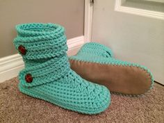 Woman's snow boot style slipper, size 11, with vinyl bottoms