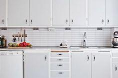 Adore this Swedish functionalist kitchen. Kitchen Dinning, Kitchen Tiles, Home Decor Kitchen, Kitchen Interior, Home Kitchens, Kitchen Cupboard Doors, Kitchen Cabinets, Kitchen Stories, Apartment Kitchen