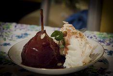 Un riquísimo postre, peras al borgoña está hecho con una base de crema chantillí o helado de crema americana, vino tinto y peras. ¡Empecemos! Los ingredientes que vamos a necesitar: 6 peras 150 gramos de azúcar 3 tazas de vino tinto 2 ramitas de canela 1/4 litro de crema chantillí 50 gramos de almendras fileteadas… Pastel Cakes, Mashed Potatoes, Recipies, Ice Cream, Pudding, Ethnic Recipes, Desserts, Base, Food