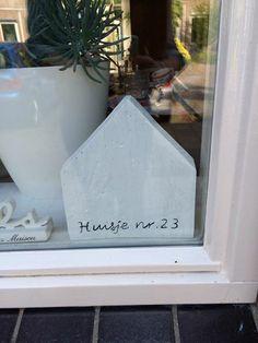 Houten huisje met huisnummer.