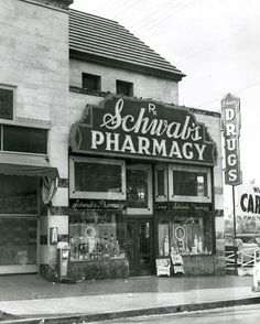 Schwab's Pharmacy was a drugstore located at 8024 Sunset Boulevard in Hollywood, California, and was a popular hangout for movie actors and movie industry dealmakers from the through the Strip 1949 Schwab's Pharmacy Golden Age Of Hollywood, Vintage Hollywood, Classic Hollywood, Hollywood Scenes, West Hollywood, California History, Vintage California, Hollywood California, Southern California