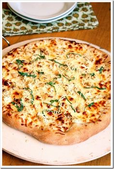 Chicken Alfredo Pizza topped with a lightened up homemade Alfredo sauce and chicken. All the favors of an Alfredo pasta dish, but in pizza form! Pollo Alfredo, Salsa Alfredo, Chicken Alfredo Pizza, Alfredo Sauce, I Love Food, Good Food, Yummy Food, Homemade Alfredo, Homemade Sauce