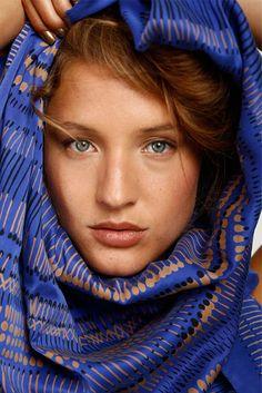 He encontrado este interesante anuncio de Etsy en https://www.etsy.com/es/listing/162755429/woman-silk-scarf-royal-blue-hand-printed