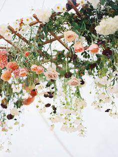 Niko und Catherine Hochzeit am Meer Mendocina Ryan Ray Photography Wedding Table Centerpieces, Flower Centerpieces, Wedding Decorations, Hanging Flower Arrangements, Tall Centerpiece, Table Wedding, Floral Arrangements, Hanging Flowers Wedding, Bridal Flowers
