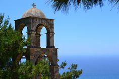 Even helemaal tot rust komen met een prachtig uitzicht.  Het klooster van Agios Ioannis ligt 7 km ten zuiden van het mooie stadje Kéfalos. Het bouwwerk is omgeven door platanen. Behalve het klooster is de half verwoeste klokkentoren bewaard gebleven.  Op de feestdag van de heilige Ioannis feestdag, 29 augustus, komen mensen hier om hun eer te bewijzen aan de heilige.  Foto (c) Paradasos #Kos2015#ILoveKos