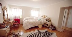 cute and messy bedroom Messy Bedroom, Home Bedroom, Bedrooms, Dream Apartment, Chicago Apartment, Pretty Bedroom, Stylish Bedroom, New Room, Luxury Bedding