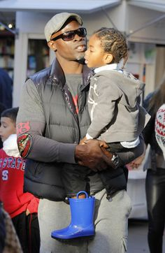 Kimora Lee Simmons always seems to be doing something to her son Kenzo's hair. And it's no surprise since he has a headful of cute curls and coils. He was recently spotted with dad Djimon Hounsou r… Black Fathers, Fathers Love, Father And Son, Mom And Dad, Djimon Hounsou, Kimora Lee Simmons, Love You Baby, Super Dad, Black Families