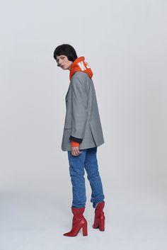 Guarda la sfilata di moda MSGM a Milano e scopri la collezione di abiti e accessori per la stagione Pre-Collezioni Autunno-Inverno 2017-18.
