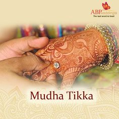 Mudha-Tikka (marwari wedding ritual). On this day, the groom's family go to the brides home taking with them on a silver platter puja items for the tikka : rice, jaggery, dry fruits, mithai (sweets) a diamond ring and sometimes a garland. They also take outfits/sarees and other gifts for the bride. Wedding Trivia, Silver Platters, Bengali Wedding, Cleaning Silver Jewelry, Wedding Rituals, Keep Jewelry, Bride Gifts, Sarees, Garland
