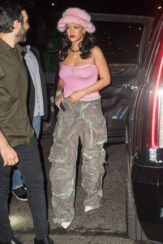 Rihanna Pairs a Pink Fur Bucket Hat with Camouflage Pants in NYC Estilo Rihanna, Rihanna Riri, Rihanna Style, Stylish Outfits, Cute Outfits, Rihanna Outfits, Camouflage Pants, Girl Fashion, Fashion Outfits