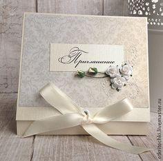 Приглашение на свадьбу. Пригласительные на свадебное торжество в бежевых, золотистых и белых тонах. Приглашение завязывается на ленту. Текст приглашения может быть распечатан на внутренней стороне. Цена указана за 1 шт.
