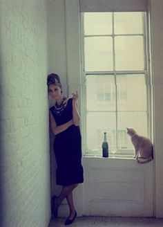 Audrey Hepburn as Holly Golightly in Breakfast at Tiffany's. The original cat lady Divas, Hollywood Glamour, Old Hollywood, George Peppard, Holly Golightly, Fritz Lang, Foto Fashion, Look Retro, Breakfast At Tiffanys