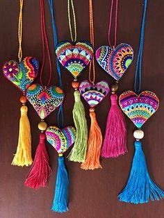 Collares de corazón bordado a mano con borla – Corazón de tela, corazón bordado // Embroidered heart, fabric heart Felt Embroidery, Embroidery Stitches, Embroidery Designs, Diy Tassel, Tassels, Heart Crafts, Fabric Jewelry, Felt Hearts, Felt Ornaments