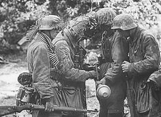 Fallschirmjäger around a Panzerfaust. Note that they wear the traditional infantry helmet and not their jump helmet.