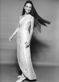 Audrey Hepburn photographed by William Klein for Vogue's Oct 1966 issue. Audrey was wearing Givenchy. What do you think of Audrey's long hair? Katharine Hepburn, Style Audrey Hepburn, Audry Hepburn Hair, Audrey Hepburn Givenchy, Aubrey Hepburn, Marchesa, Brigitte Bardot, Elie Saab, Lilly Pulitzer