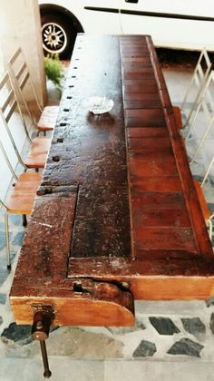 Mesa hecha de banco carpintero