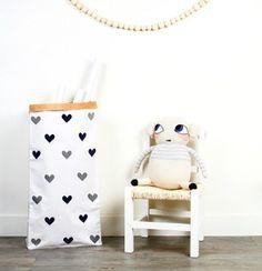 papieren opbergzak met kleine hartjes #paperbag #monpetitzoreol #luckyboysunday
