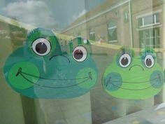 De kikkerslinger voor het raam van onze klas
