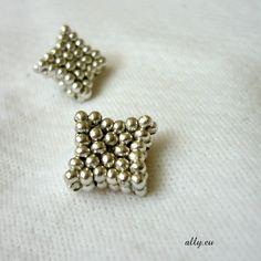 Puzetky Šité náušnice z drobných kovových korálků. Délky strany 1,2 cm, na výšku (úhlopříčka) 1,5 cm.