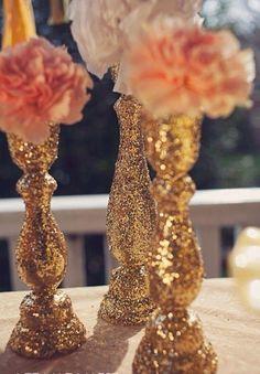 Candelabros en el centro de mesa sustituyendo a las tradicionales flores