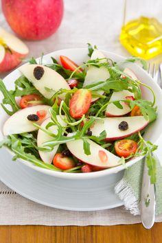 Sałatka z rukolą i jabłkiem. Więcej: http://www.kobieta.info.pl/przepisy-kulinarne/1465-saatka-z-rukol-i-jabkiem