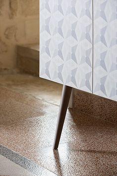 La nostra madia di design in Acero serigrafato con ripiani in cristallo.Estremamente raffinata per arricchire la zona giorno o cucina. Scoprila
