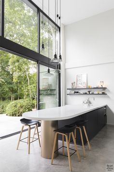Beautiful and bright glass villa which impresses with the combination of wood and concrete. Done in Brasschaat, Belgium by Juma Architects. Photos by Annick Vernimmen. Interior Modern, Kitchen Interior, Kitchen Design, Interior Design, Kitchen Ideas, Open Space Living, Living Spaces, Bungalow, Mcm House