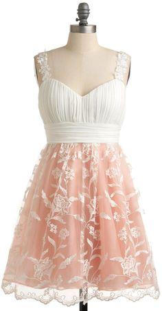 Vestido rosado y blanco sin manga con encaje blanco en la falda