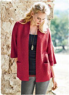 Unser kimonoartiger Cardigan ist eine gepflegte Alternative zum Blazer. Die minimalistische, bequem geschnittene Silhouette ist aus samtweichem Alpaka-Royal-Streichgarn krausgestrickt, hat eine glatte Blende, aufgesetzte Taschen, überschnittene Schultern und weite ¾-Ärmel.