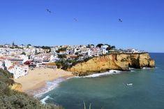 Las casas llegan hasta la arena en la playa de Carvoeiro