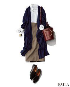 白シャツ×グレータイトのきちんとコーディネートを格上げしたいなら、スカートをグレーのチェックに。細かいチェックを選べば、きちんと感はそのままにこなれたムードになります。ここにロングカーデ&旬なボルドーのバケツバッグを足せば、一気にしゃれ感アップ! 足もとはヒールではなくローファー・・・