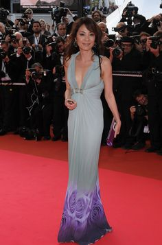 """Michelle Yeoh in Roberto Cavalli at the """"Che"""" premiere Michelle Yeoh, Celebrity Dresses, Celebrity Style, Celebs, Celebrities, Beautiful Asian Women, Cannes Film Festival, Gray Dress, Beautiful Actresses"""