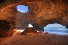 Caves do Algarve, Portugal. São grutas unicamente acessíveis pelo mar e esculpidas pela água.
