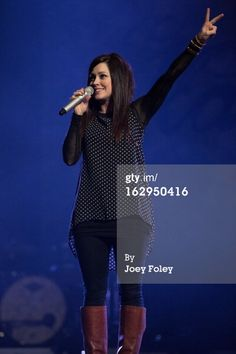 kari jobe high low blouse, black skinny jeans and boots. Simple and comfortable!