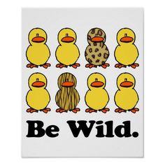 Erhalten Sie irgendein Lachen mit diesem lustigen Entwurf! Niedliche kleine Enten mit verschiedenen Tiermustern wild gegangen!
