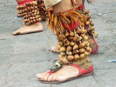 """Esta fotografía fue producto del levantamiento fotográfico y etnográfico de una costumbre de mi ciudad natal, Santiago de Querétaro, México. Esta es la danza de concheros, en la cual confluyen aspectos mesoaméricanos y de la conquista española del siglo XVI. Dicha fotografía trata de registrar algunos de los aspectos de la indumentaria de la danza como lo son los """"ayoyotes"""" o cascabeles que se portan en los tobillos y los huaraches, por tal razón no fue necesario el rostro.  Cámara digital."""