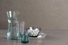 Rhino is een prachtige warme betonkleur en is ideaal voor een sfeervolle maar stoere keuken. Composietsteen is ideaal omdat het redelijk goed tegen hitte kan en ook redelijk goed krasvast is. Carafe, Glass Vase, Quartz, Ceramics, Photography Ideas, Inspiration, Home Decor, Ceramica, Biblical Inspiration