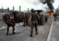 Soldiers come under attack by rioters. British Armed Forces, British Soldier, British Army, Northern Ireland Troubles, Belfast Northern Ireland, Parachute Regiment, Bad Picture, Irish Eyes, A Level Art