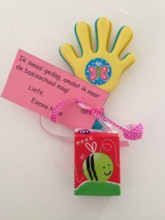 Afscheid kinderdagverblijf. Handje van de action en wibra in een doosje rozijnen of smarties