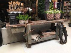Op zoek naar een gave vintage werkbank? Dit is een authentiek sober houten model, nu in de aanbieding van € 999,- voor € 599,-. Afhalen in Numansdorp.