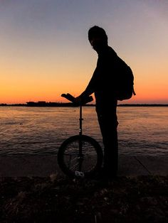 Mit dem Einrad im Sonnenuntergang