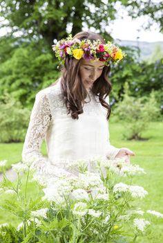 Sommerlig og romantisk med blomster i håret.