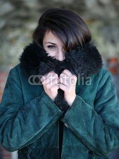 Ragazza con giacca invernale