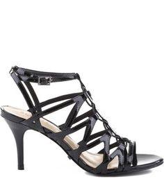 As cage sandals se tornaram alvo certeiro das fashionistas nas mais diversas ocasiões. Apostar em sandálias deste estilo garante à você um look de sucesso, mesmo se o vestido for um pretinho básico.