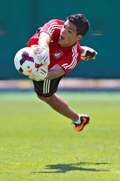 Raul jimenez de portero. Soccer Players, Football Soccer, Mexico National Team, Action Photography, Historical Pictures, Goalkeeper, My Boyfriend, Cute Boys, America