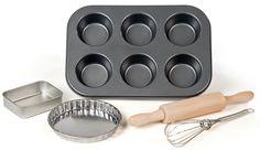 Så er der et fuldt bagesæt til den lille bager. Uanset om barnet har et rigtigt legekøkken eller ej, så er det smarte sæt med legetøjsforme og køkkenredskaber til børn en sand fornøjelse at lege med. Sættet egner sig til børn fra 3 år.<br><br>- Kagerulle.<br>- Piskeris.<br>- Tærteform.<br>- Bageform.<br>- Muffinform til 6 muffins.<br><br>Anbefalet alder: Fra 3 år.<br><br>Mål på pakken: 28,5 x 39 x 5 cm.<br><br>Materiale....
