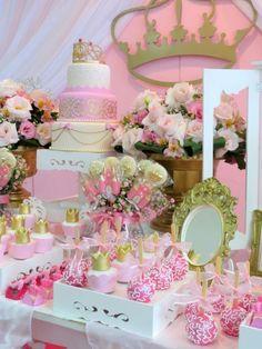 Las decoraciones de Princesas me encantan porque son muy delicadas,y con mucho glamour. No puede faltar el color dorado en coronas, vasos, jarrones, y hasta en los globos. Otro color predominante es el rosa, presente en flores, tarjetas, guirnaldas, manteles y en todo tipo de objetos decorativos. En esta selección de imágenes vas a ver …